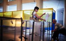 A woman casts a ballot at a polling station in the eastern Ukrainian town of Dobropillya on 25 May, 2014, Picture: AFP.