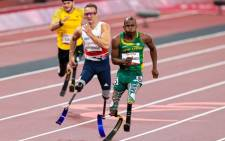 South Africa's  Ntando Mahlangu and Great Britain's Richard Whitehead racing to the finish line in the T61 Men's 200m race at the Tokyo Paralympics. Picture: @TeamSA2020/Twitter.