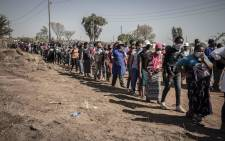 A queue of Iterileng residents waiting to receive food hampers and other goods. Picture: Abigail Javier/EWN