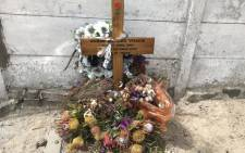 A cross and flowers stands at the spot where Duran Visagie was caught in the crossfire of an alleged gang shooting. Picture: Lizell Persens/EWN