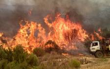 A runaway fire rages on between Franschhoek and Paarl on 29 January 2013. Picture: Renee de Villiers/EWN