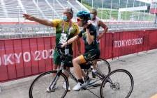 Cycling SA's Elrick Kulsen giving Toni Mould a few pointers at the Paralympic Games in Tokyo. Photo: Supplied.