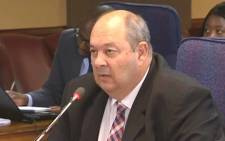 A screengrab of Hawks detective Kobus Roelofse testifying at the Mokgoro Inquiry. Picture: YouTube.