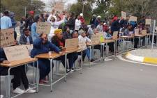 The students of Fort Hare University say they want to write exams and have called on Minister Naledi Pandor to intervene. Picture: @luxoloThunyisw/Twitter