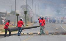 FILE: Protesters at De Doorns place panels from a dismantled fence on the N1 highway on 9 January 2013. Picture: EWN