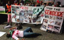 A group of pro-Palestine demonstrators have gathered outside of Woolworths in Cape Town's CBD on 26 November 2014. Picture: Regan Thaw/EWN