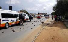 Cosmo City residents started throwing stones at motorists this afternoon. Picture: EWN.