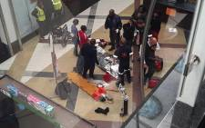 A man falls to his death from railings at Menlyn Park Mall. Picture: Twitter, Průďęnçe_z ‏@Ms_Thuli.