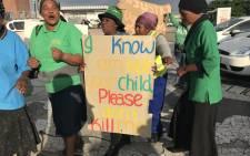 Khayelitsha residents outside the Khayelitsha Magistrates Court on 26 July 2018 awaiting the appearance of the suspect accused of murdering Uyathandwa Stuurman (4). Picture: Lauren Isaacs/EWN