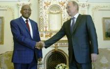 Russia's President Vladimir Putin (R) shakes hands with his South African counterpart Jacob Zuma during their meeting at the Novo-Ogaryovo state residence outside Moscow, on 28 August, 2014. Picture: AFP.