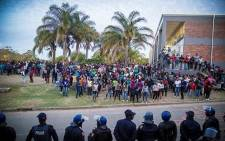 While President Zuma leaves campus, police stand off with protesting students. Picture: Thomas Holder/EWN