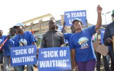 Dozens of DA supports demonstrate outside the Zola Gateway Clinic in Soweto, which they allege has cost over R400-million more than what was originally budgeted for. Picture: Lesego Ngobeni/EWN.