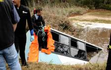 FILE: Police divers at the scene of an accident where fifteen people died and 44 were injured when a school bus plunged off a bridge and into a dam in Knysna on 24 August 2011. Picture: Sapa.