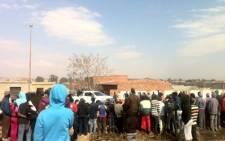 Residents gather in Evaton as a hostage drama unfolds. Picture: Theo Nkonki/EWN.