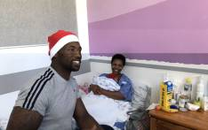 Springbok captain Siya Kolisi pictured with a new mother at the Groote Schuur Hospital on 10 December 2018. Picture: Kaylynn Palm/EWN