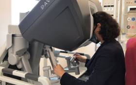 A surgeon at the Groote Schuur Hospital demonstrates the use of the Da Vinci Xi robotic system in surgeries. Picture: Kevin Brandt/Eyewitness News