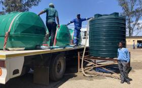 Humanitarian organisation Gift of the Givers fills up a water tank at the Ntsika Secondary School in Makhanda, in the Eastern Cape. Picture: Kaylynn Palm/EWN