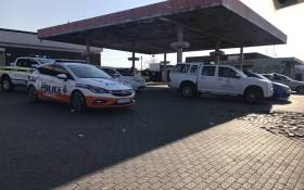 Police officers monitor the Phefeni section in Soweto to ensure safety and that no taxi operates on the disputed routes. Picture: Kgothatso Mogale/EWN.