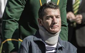 FILE: Former Sprinbok captain Francois Pienaar assists former teammate flyhalf Joost van der Westhuizen (Front) during a re-enactement of the team photo from the 1995 Rugby World cup victory on June 24, 2015. Picture: AFP