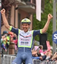 Rookie Van der Hoorn clings on for Giro win