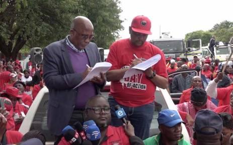 Health Minister Aaron Motsoaledi receiving a memorandum of demands from Nehawu General Secretary Zola Saphetha. Picture: Louise McAuliffe/EWN.