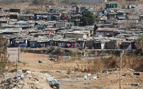 Shacks on the banks of the Jukskei River in Alexandra township. Picture: EWN.
