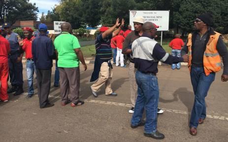 Protesters at the Optimum coal mine entrance in Mpumalanga. Picture: Pelane Phakgadi/EWN