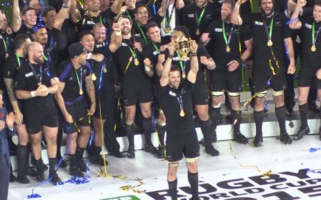 All Blacks captain Richie McCaw hoists the William Web Ellis trophy at Twickenham after his team beat Australia in the final. Picture: Vumani Mkhize/EWN.