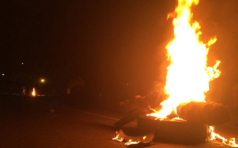 Residents have burnt tyres and blockaded Maunde Road in Atteridgeville. Picture: Reinart Toerien/EWN.