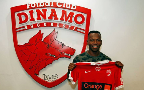 A screengrab of May Mahlangu holding his new team, Dinamo Bucuresti, jersey. Picture: Facebook/@ FCDinamoOfficial.