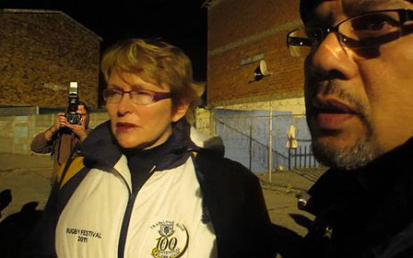 Western Cape Premier Helen Zille spends her 67 minutes for Mandela Day in Lavender Hill. Picture: Janine Willemans/EWN
