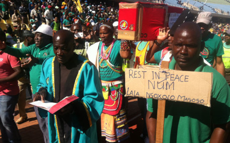 FILE: Amcu members walk around the Royal Bafokeng Stadium near Rustenburg with a coffin reading 'rest in peace NUM and Cosatu' at the union's mass meeting on 23 June 2014. Picture: Reinart Toerien/EWN.