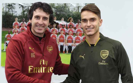 Arsenal boss Unai Emery welcomes the new member of his team, Denis Suarez. Picture: @Arsenal/Twitter.