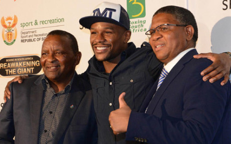 S boxing great Floyd Mayweather is flanked by Minister of Sports, Fikile Mbalula and Sascocs's Gideon Sam (L). Picture: Wessel Oosthuizen
