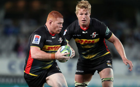 Stormers' Steven Kitshoff (L) runs the ball forward supported by Pieter-Steph du Toit (R) during the Super Rugby match against the Blues at Eden Park in Auckland on 30 March 2019. Picture: AFP