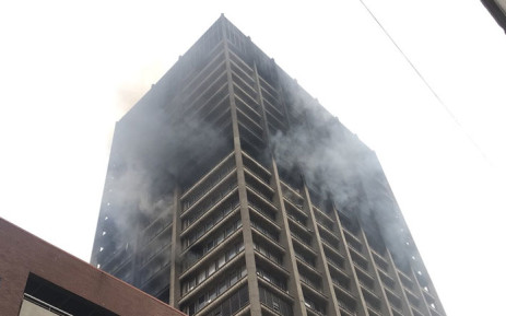 Firefighters are still on the scene this morning as they continue to battle the blaze in the Joburg CBD. Picture: Christa Eybers/EWN