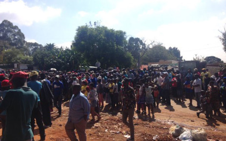 A crowd of people gathered at a local clinic in Zandspruit on Freedom Day. Picture: Thando Khubeka/EWN.