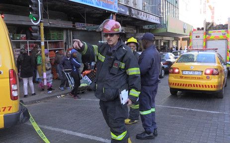 Firemen try to clear the streets during a fire on Eloff Street in the Johannesburg CBD, Tuesday 28 July 2015. Picture: Vumani Mkhize/EWN.