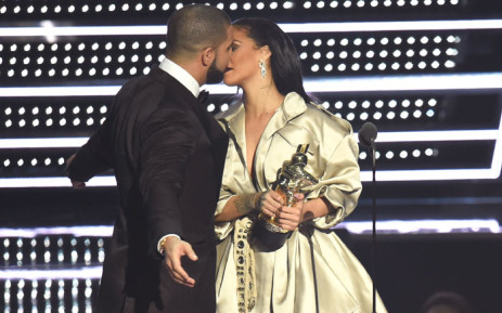 Drake presents Rihanna with the Video Vanguard Award during the 2016 MTV Video Music Awards at Madison Square Garden on 28 August 2016 in New York City. Picture: Getty Images/AFP.