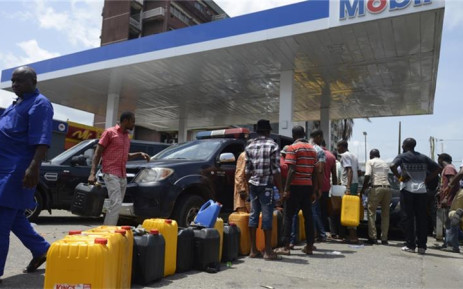 FILE: Nigerians queue to refill for fuel. Picture: AFP