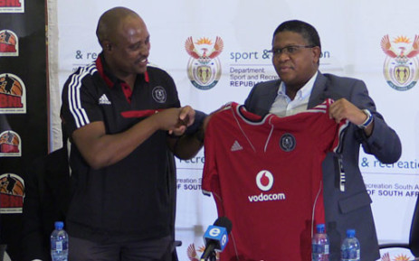"""Sports Minister Fikile Mbalula being handeed a orlando Pirates jersey. Picture: Christa van der Walt/EWN"