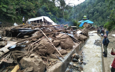 Villagers examine a site after it was hit by flash floods at the Saladi village in Mandailing Natal, North Sumatra on 13 October 2018. Picture: AFP.