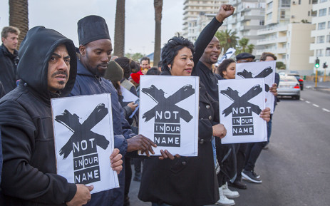 FILE: Members of the media and Right2Know campaigners gathered outside the SABC's offices in Cape Town to protest against censorship on 1 July 2016. Picture: Aletta Harrison/EWN