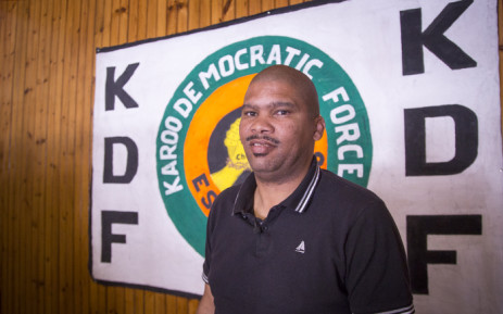 Karoo Democratic Force (KDF) mayoral candidate Noel Constable stands in front of a party banner in his Beaufort West office on 5 July 2016. Picture: Aletta Harrison/EWN.