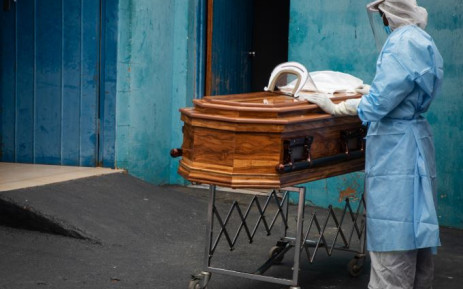 FILE: A mortician getting ready to prepare a coffin for a COVID-19 body at Broodie Funeral Parlour in Soshanguve. Picture: Boikhutso Ntsoko/Eyewitness News
