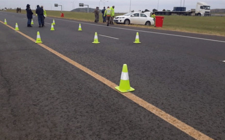 FILE: Police and traffic officials at a roadblock. Picture: @SAPoliceService/Twitter.