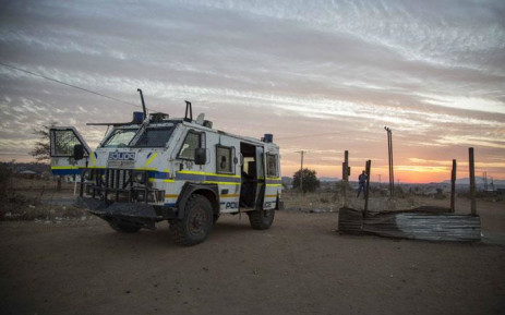 Police monitor the Vyeboom/Chino crossroads, their strongpoint, where there have been a number of skirmishes. Picture: Thomas Holder/EWN