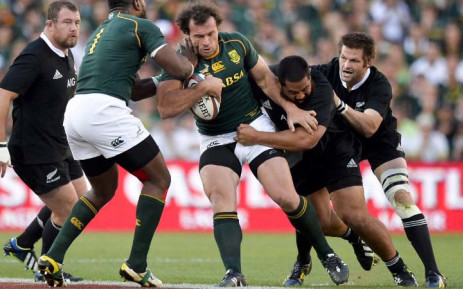 SOUTH AFRICA, Johannesburg : South Africa's Bismarck du Plessis (C) vies with New Zealand's Charlie Faumuina (2ndR) during the 2013 Four Nations Rugby union Championships final match South Africa vs New Zealand on October 5, 2013 at the Ellis Park Stadium in Johannesburg. AFP PHOTO / STRINGER