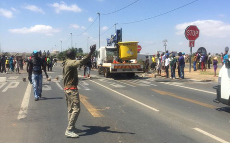 Demonstrators in Tshepisong took to the streets, barricading Impala Road with rubble and burning tyres. Picture: Masa Kekana/EWN.