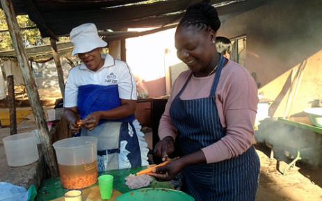 FILE: Volunteer prepare food in a soup kitchen.  Picture: EWN